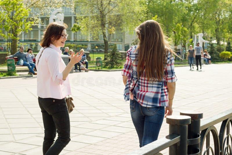 Kyiv, MA, 29-04-2018 Weibliche Freunde lizenzfreie stockfotografie