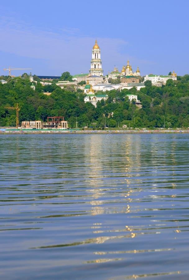 Kyiv Pechers'k Lavra unter Fluss Dnipro lizenzfreies stockfoto