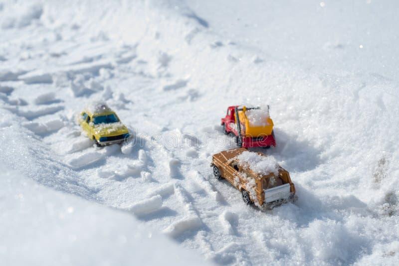 Kyiv UA, 2-03-2018, los coches nevados conduce a través del camino nevado a las nevadas, tormenta del invierno fotos de archivo libres de regalías