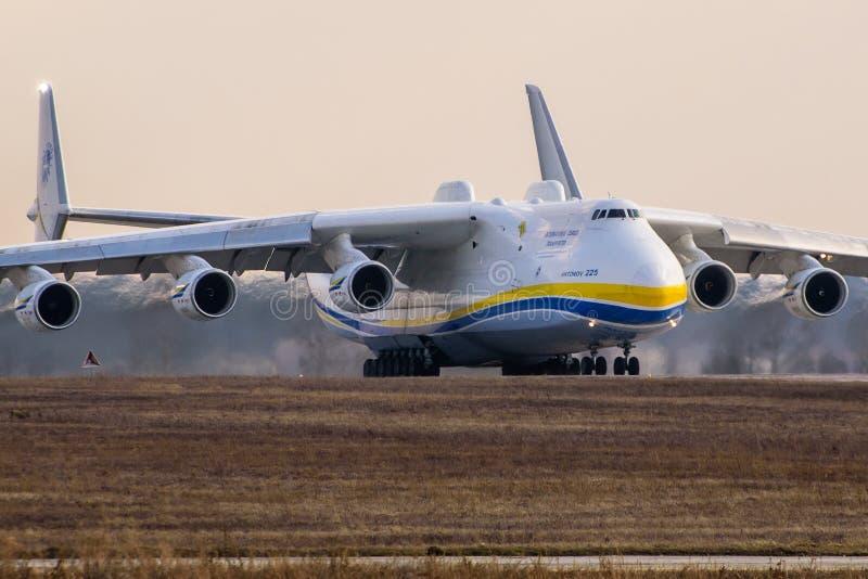 Kyiv, Ucrânia - 3 de abril de 2018: O avião o maior do mundo s, o avião de carga de Mriya Antonov An-225, prepara-se para decolar imagens de stock royalty free