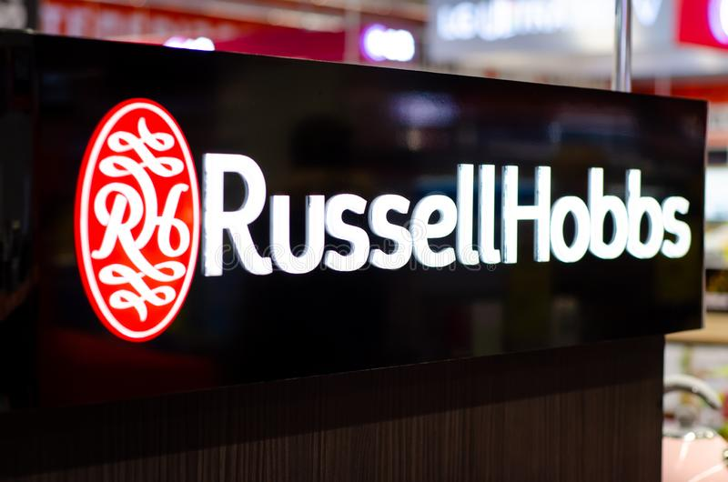 Kyiv, Ucrânia - 9 de fevereiro de 2019: Russell Hobbs Logo na loja Russell Hobbs é um fabricante britânico de aparelhos eletrodom fotos de stock