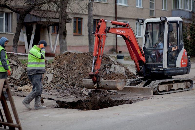 Kyiv, Ucrânia - 22 de fevereiro de 2019: Um grupo de trabalhadores da estrada dos serviços públicos em vestes especiais reflexiva imagens de stock