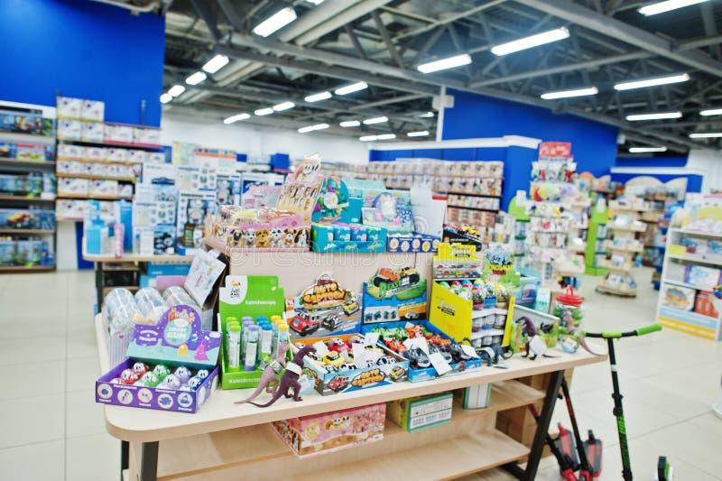 Kyiv, Ucrânia - 16 de janeiro de 2018: Os clientes compram brinquedos foto de stock royalty free