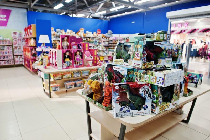 Kyiv, Ucrânia - 16 de janeiro de 2018: Os clientes compram brinquedos fotos de stock royalty free