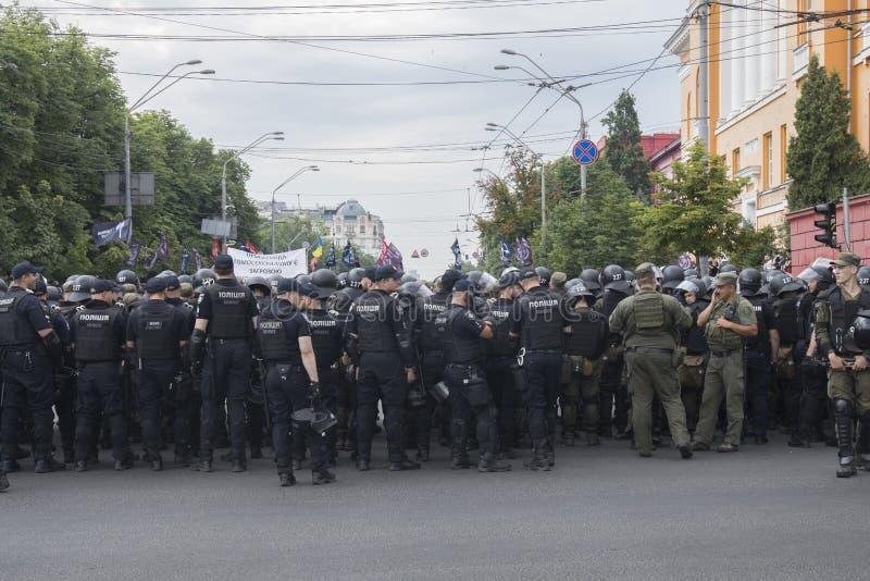 Kyiv/Ucrânia - 23 de junho de 2019: batalhão dos agentes da polícia na cidade fotos de stock royalty free