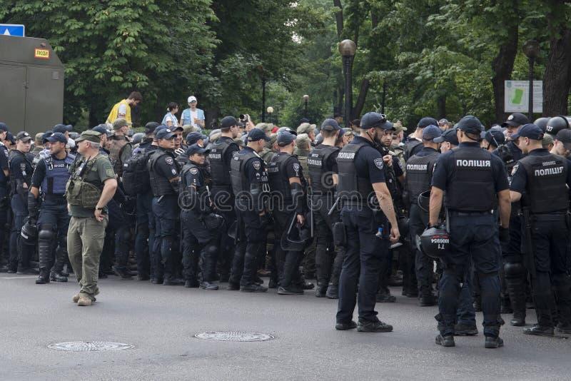 Kyiv/Ucrânia - 23 de junho de 2019: batalhão dos agentes da polícia na cidade imagem de stock royalty free