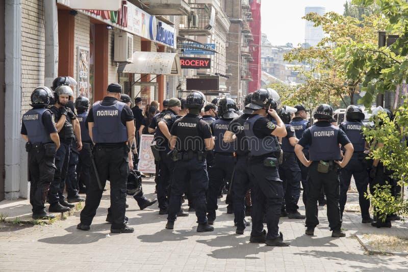 Kyiv/Ucrânia - 23 de junho de 2019: batalhão dos agentes da polícia na cidade fotos de stock