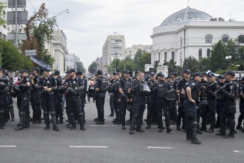 Kyiv/Ucrânia - 23 de junho de 2019: batalhão dos agentes da polícia na cidade imagem de stock