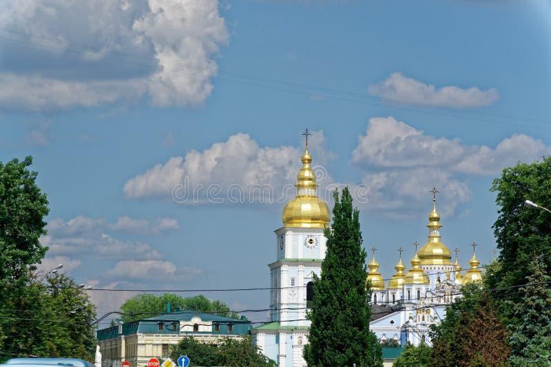 Kyiv, Ucrânia - 25 de maio de 2018: Golden Dome da catedral de Myhailivskyi imagem de stock