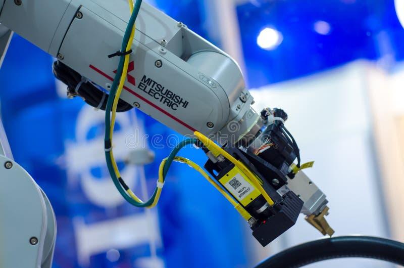 Kyiv, Ucrânia - 22 de novembro de 2018: Braço do robô de Mitsubishi Electric imagens de stock royalty free