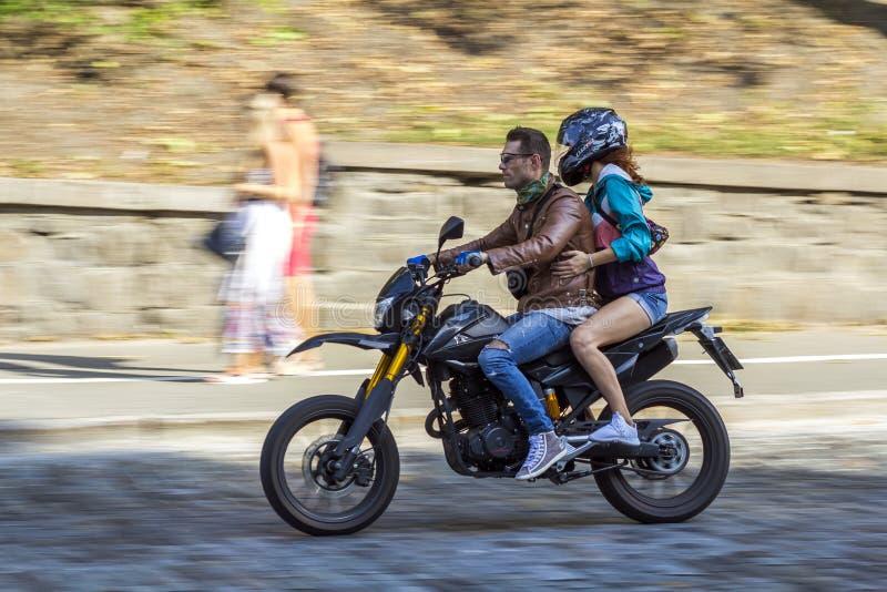 Kyiv, Ucrânia - 14 de novembro de 2017: Homem e mulher que montam um motorb fotografia de stock