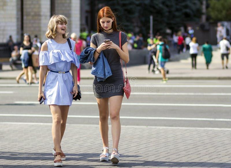 Kyiv, Ucrânia - 14 de novembro de 2017: Passeio feliz de duas moças fotos de stock