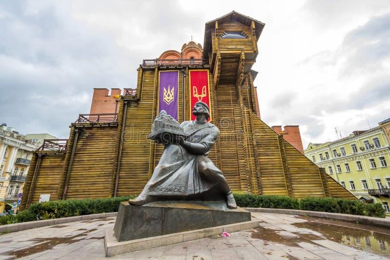 Kyiv, Ucrânia - 12 de novembro de 2017: Portas douradas famosas na noite imagens de stock