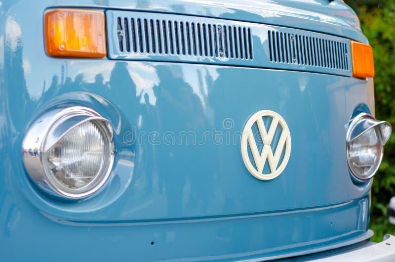 Kyiv, Ucrânia - 30 de setembro de 2018: T2 de Volkswagen Logo On Old Transporter foto de stock royalty free