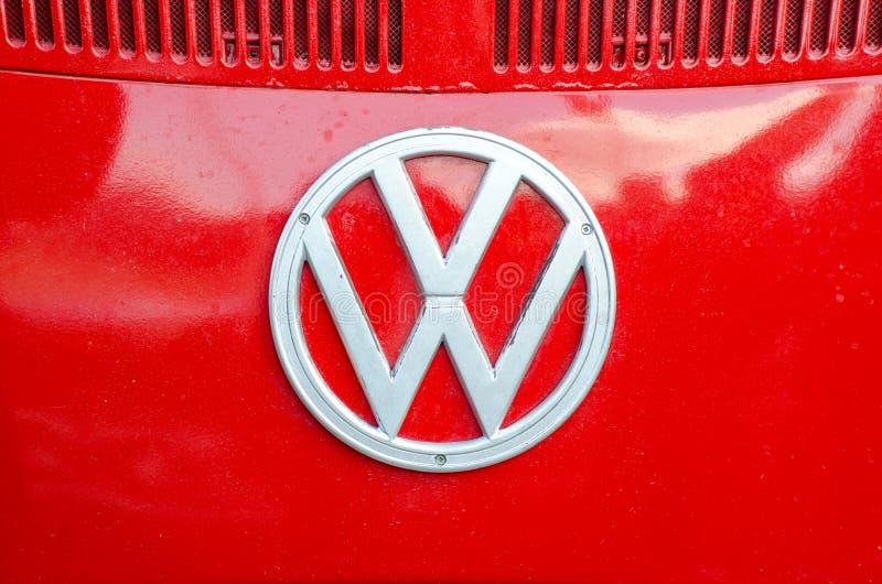 Kyiv, Ucrânia - 30 de setembro de 2018: Volkswagen Logo On Old Volkswagen Transporter fotografia de stock