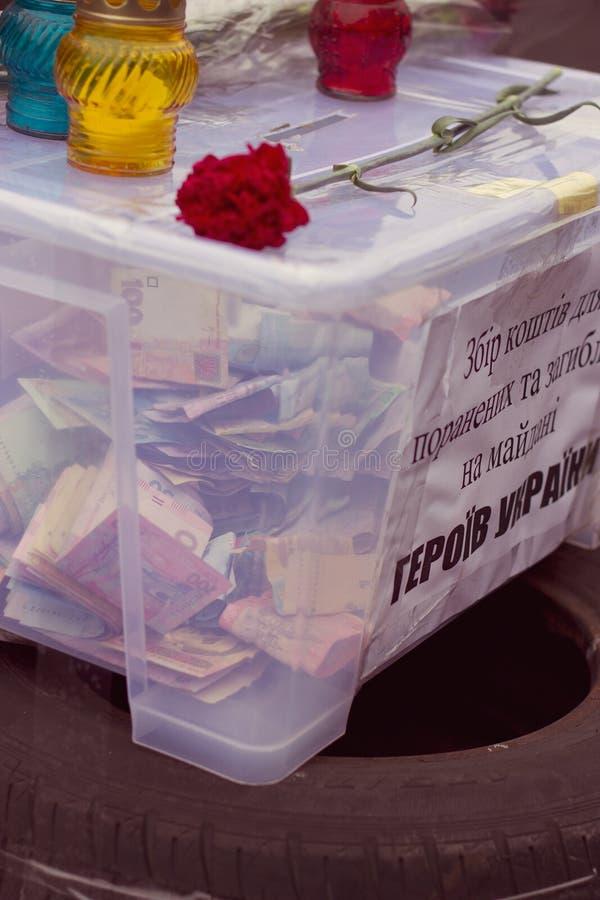 Kyiv, Ucrânia, evromaydan: doações do dinheiro foto de stock