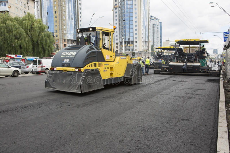 Kyiv, Ucrânia julho de 2016: Estrada que pavimenta, construção imagens de stock