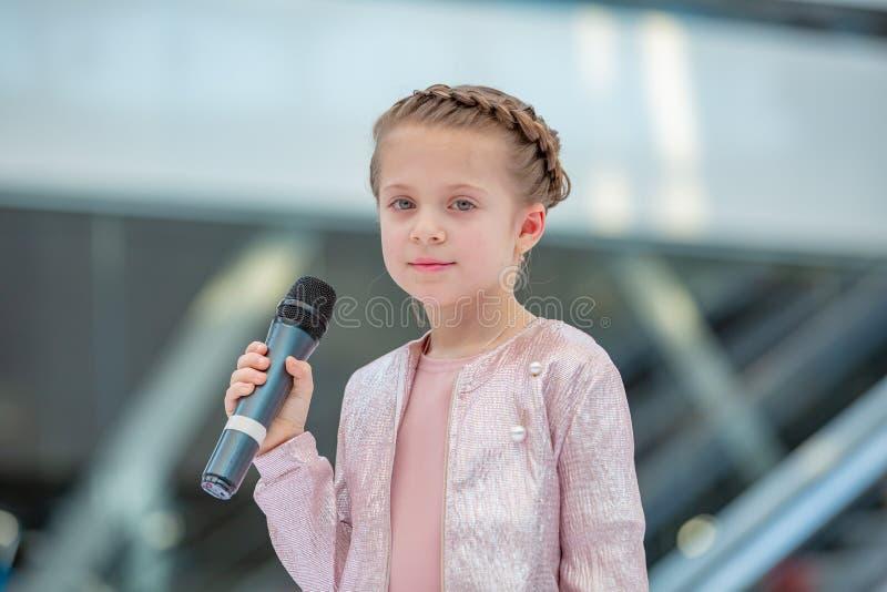 Kyiv, Ucrânia o 3 de março 2019 UKFW As crianças ucranianas formam o dia A menina guarda o microfone em sua mão ao executar a mús fotos de stock royalty free