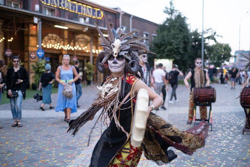 Kyiv, Ucrânia, Santa Muerte Carnival, 20 07 2019 Dia de Los Muertos, dia dos mortos Halloween A mulher do curandeiro imagens de stock
