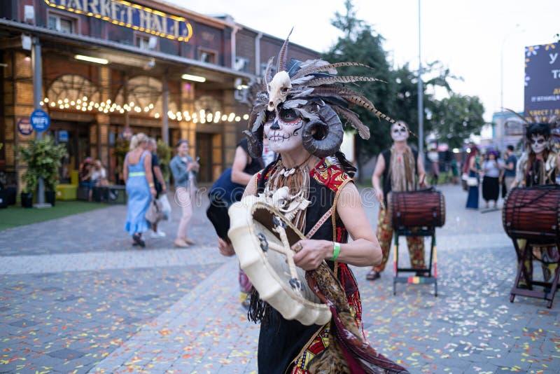 Kyiv, Ucrânia, Santa Muerte Carnival, 20 07 2019 Dia de Los Muertos, dia dos mortos Halloween A mulher do curandeiro imagem de stock