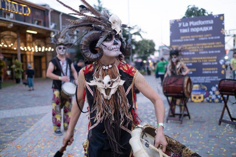 Kyiv, Ucrânia, Santa Muerte Carnival, 20 07 2019 Dia de Los Muertos, dia dos mortos Halloween A mulher do curandeiro fotos de stock
