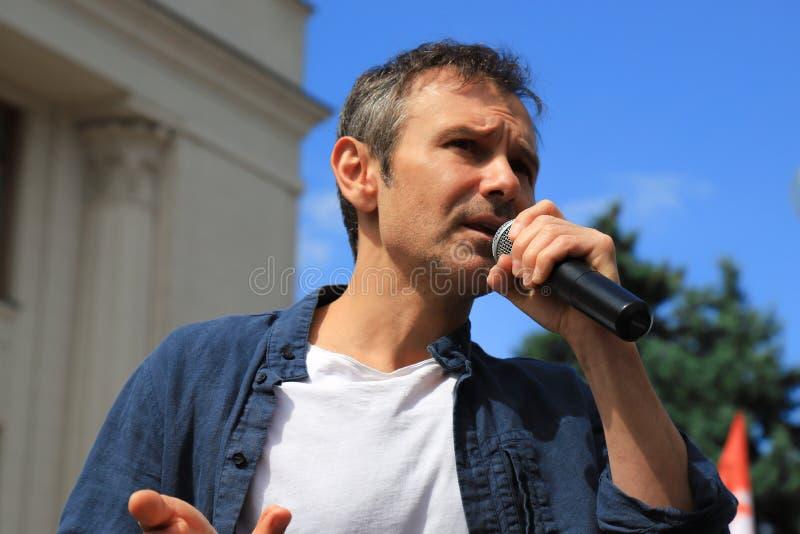 Kyiv, Ucrânia, 28 06 2019 Svyatoslav Vakarchuk, cantor ucraniano famoso, líder da voz do partido, fala pre em uma eleição imagem de stock royalty free