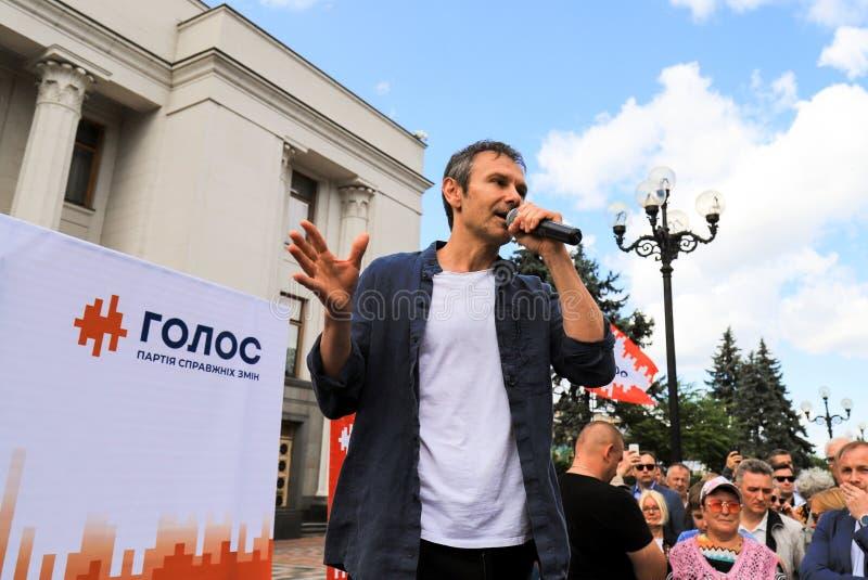 Kyiv, Ucrânia, 28 06 2019 Svyatoslav Vakarchuk, cantor ucraniano famoso, líder da voz do partido, fala pre em uma eleição imagens de stock royalty free