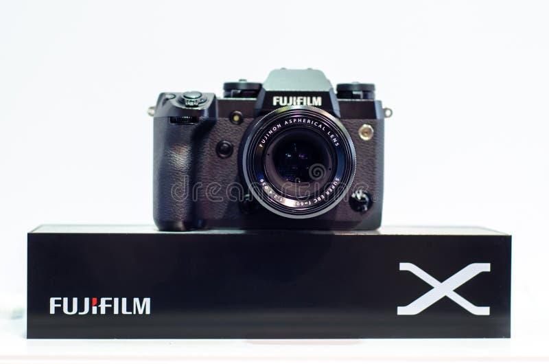 Kyiv, Ucr?nia - 12 de abril de 2019: C?meras de Mirrorless da s?rie de Fujifilm X imagens de stock