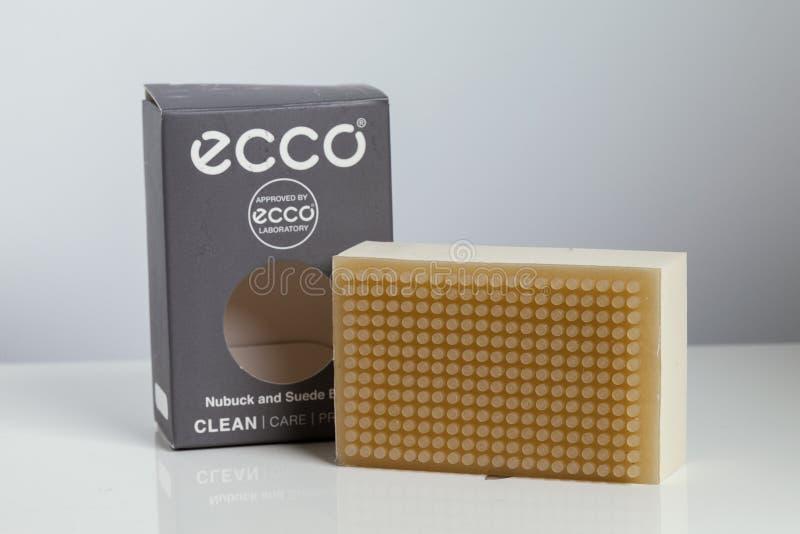 KYIV, UCRÂNIA - 26 de abril de 2018: Esponja de ECCO para a camurça de limpeza e nubuck no close-up branco do fundo no pacote foto de stock