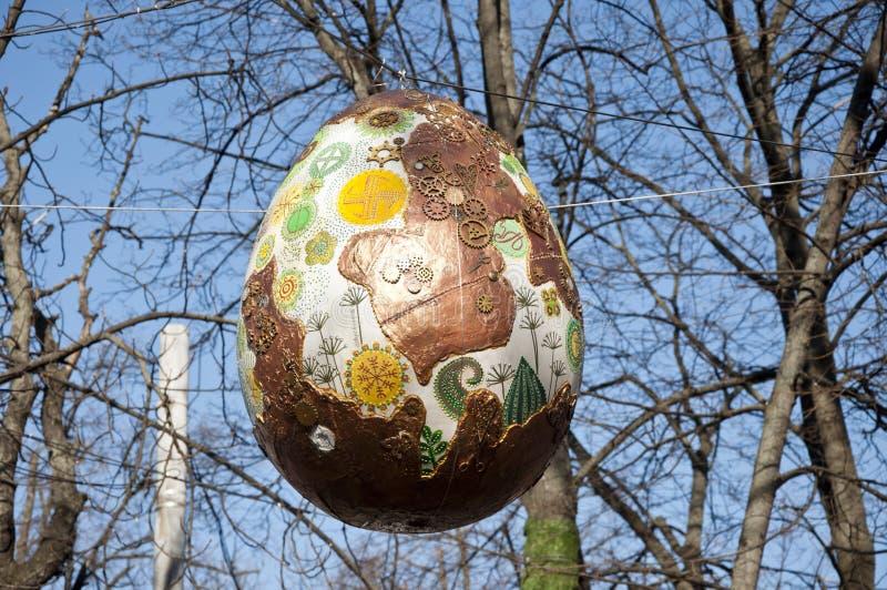 Kyiv UCRÂNIA - 5 DE ABRIL DE 2017: Festival da Páscoa em Kyiv no quadrado de Sofiyvska Os artistas indicam coelhos pintados, ovos foto de stock royalty free
