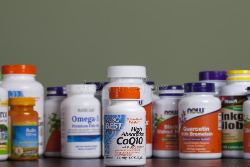 KYIV, UCRÂNIA - 24 de abril de 2018 garrafa da coenzima nas cápsulas Algumas garrafas das vitaminas e de suplementos dietéticos s imagens de stock
