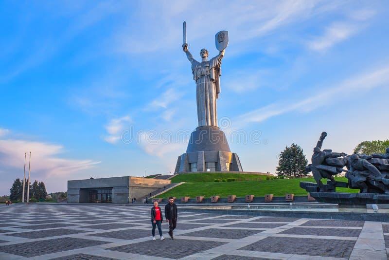 KYIV, UCRÂNIA - 25 de abril de 2019: O monumento da Terra Mãe à luz do sol imagens de stock royalty free