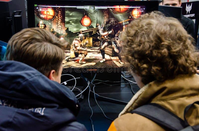 Kyiv, Ucr?nia - 12 de abril de 2019: Os indiv?duos est?o jogando um jogo de v?deo de Mortal Kombat fotos de stock royalty free
