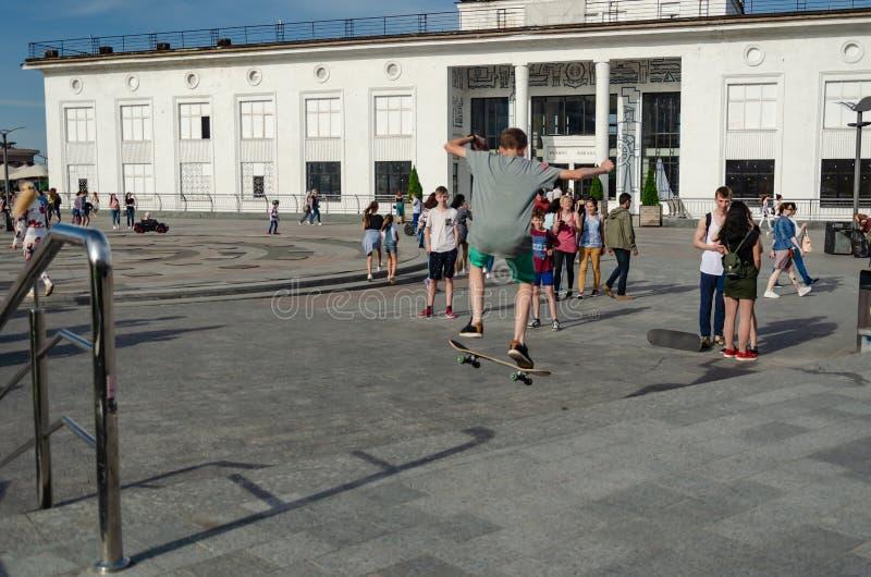 Kyiv, Ucr?nia - 18 de maio de 2019 Quadrado de Poshtova Truques praticando do skater adolescente fotos de stock royalty free