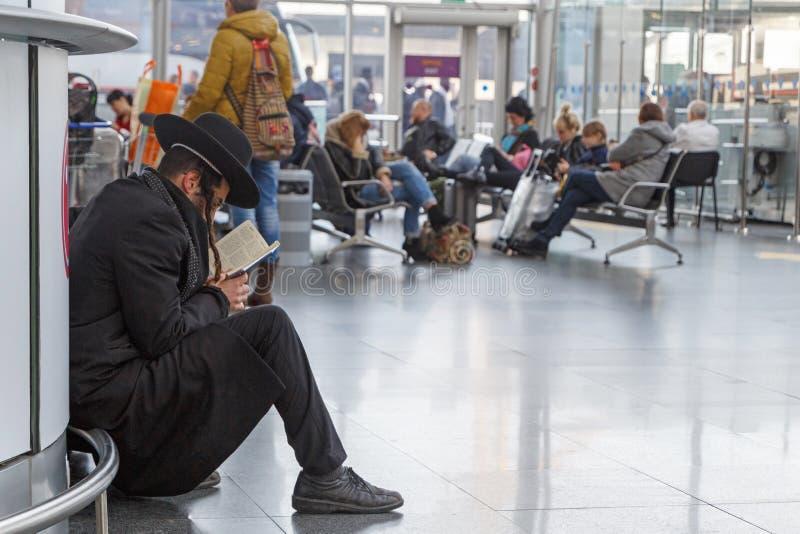 KYIV, UCRÂNIA - 11 DE MARÇO DE 2018: Homem judaico Torah de leitura fotos de stock