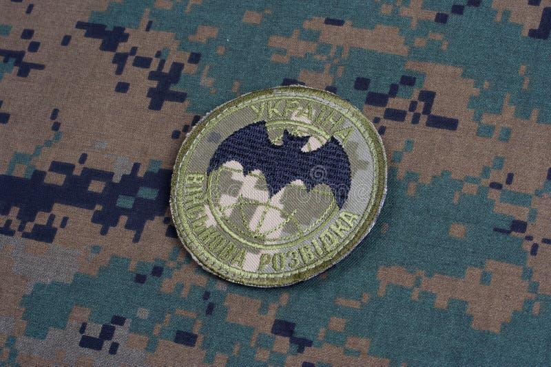 KYIV, UCRÂNIA - julho, 16, 2015 Crachá do uniforme da inteligência militar do ` s de Ucrânia foto de stock royalty free