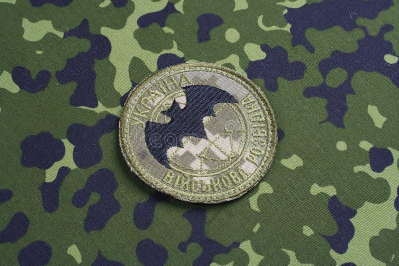 KYIV, UCRÂNIA - julho, 16, 2015 Crachá do uniforme da inteligência militar do ` s de Ucrânia imagens de stock royalty free