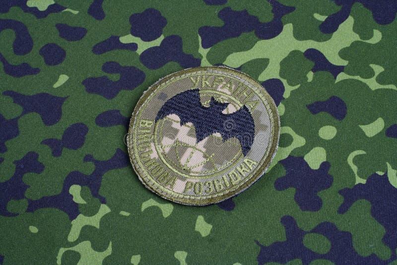 KYIV, UCRÂNIA - julho, 16, 2015 Crachá do uniforme da inteligência militar do ` s de Ucrânia foto de stock