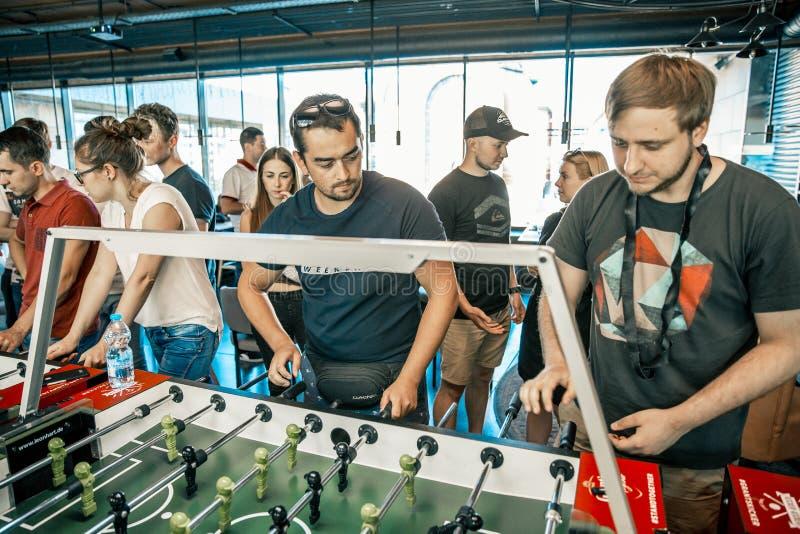 KYIV, UCRÂNIA, liga da barra concessões KickerKicker do 10 de junho de 2018 Os homens e as mulheres ativos têm o divertimento dur foto de stock
