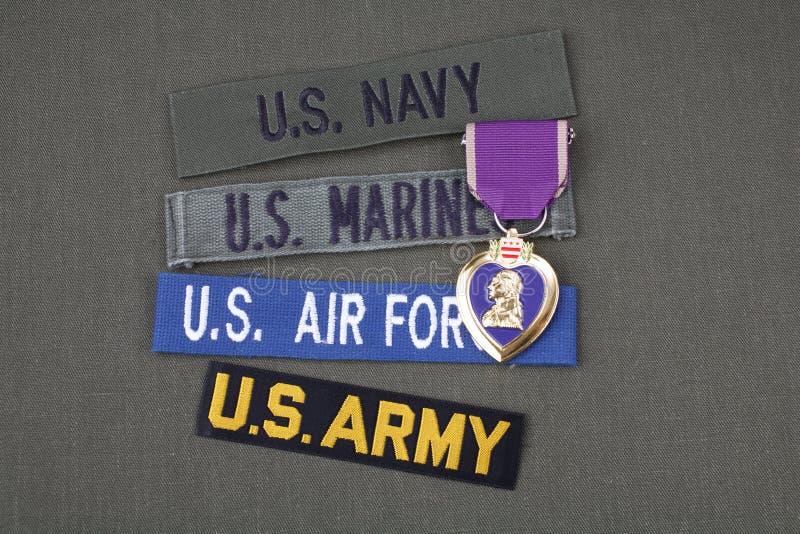 KYIV, UCRÂNIA - novembro 11, 2017 Conceito militar do veterano dos E.U. com concessão de Purple Heart no uniforme verde foto de stock