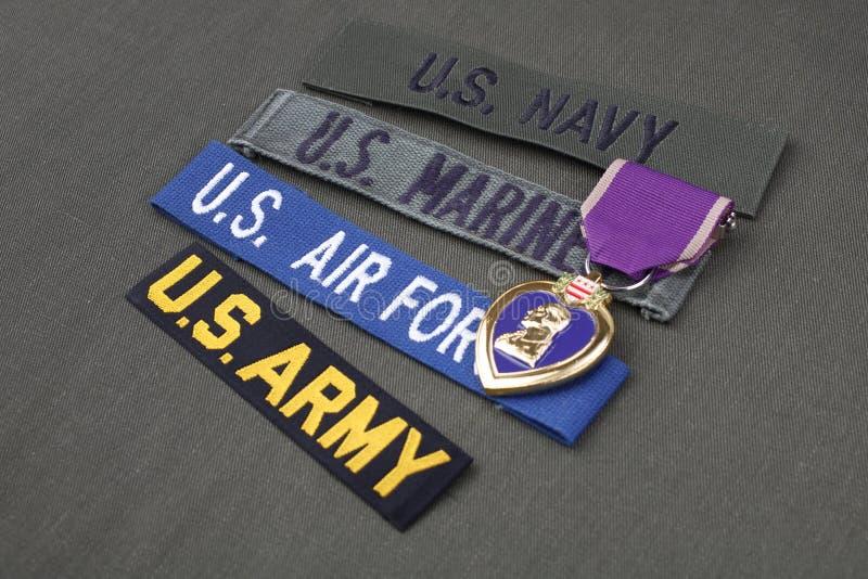 KYIV, UCRÂNIA - novembro 11, 2017 Conceito militar do veterano dos E.U. com concessão de Purple Heart no uniforme verde imagens de stock royalty free