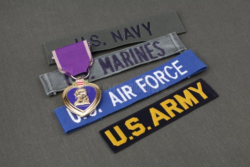 KYIV, UCRÂNIA - novembro 11, 2017 Conceito militar do veterano dos E.U. com concessão de Purple Heart no uniforme verde foto de stock royalty free