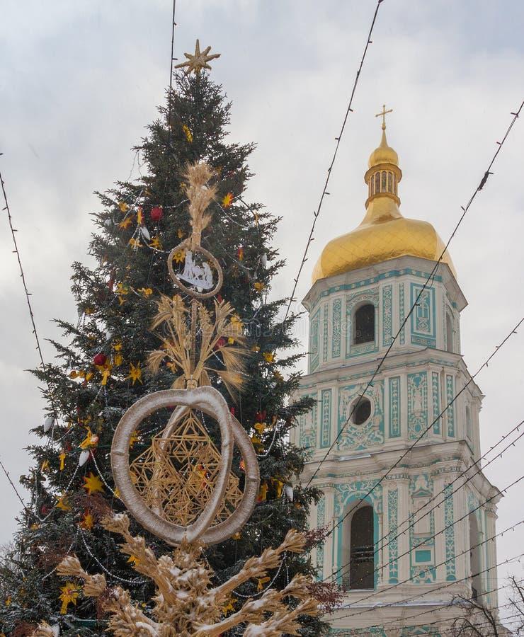KYIV, UCRAINA: Albero di Natale e didukh a Sofia Square dentro fotografie stock