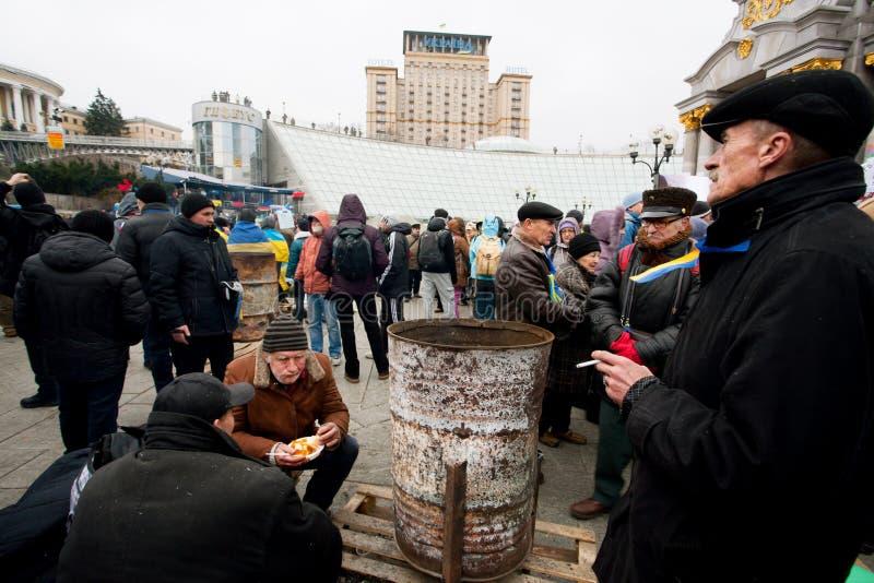 KYIV, UCRAINA: La gente cena sul demone ammucchiato immagini stock libere da diritti