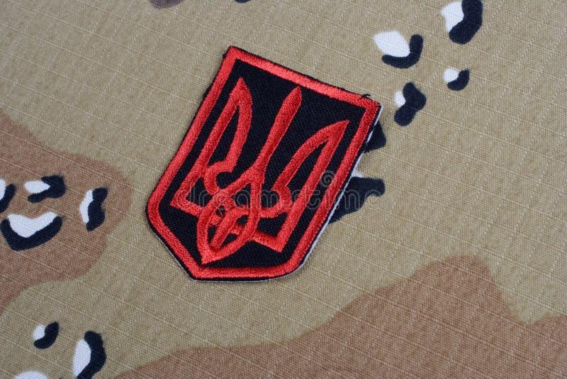 KYIV, UCRAINA - 16 luglio, 2015 Distintivo dell'uniforme dell'esercito dell'Ucraina - tridente - emblema dell'Ucraina fotografia stock libera da diritti