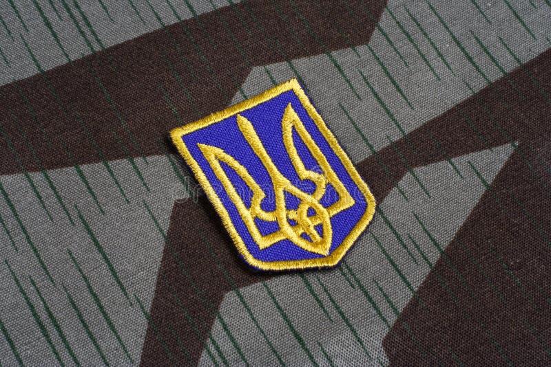KYIV, UCRAINA - 16 luglio, 2015 Distintivo dell'uniforme dell'esercito dell'Ucraina - tridente - emblema dell'Ucraina fotografie stock libere da diritti