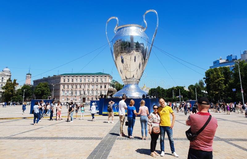 KYIV, UCRAINA - 26 MAGGIO 2018: UEFA, modello della tazza della lega dei campioni sul quadrato di Sofiyskaya fotografia stock libera da diritti