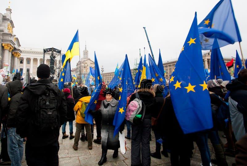 KYIV, UCRAINA: Passeggiata della donna dopo la folla dei demoni fotografie stock