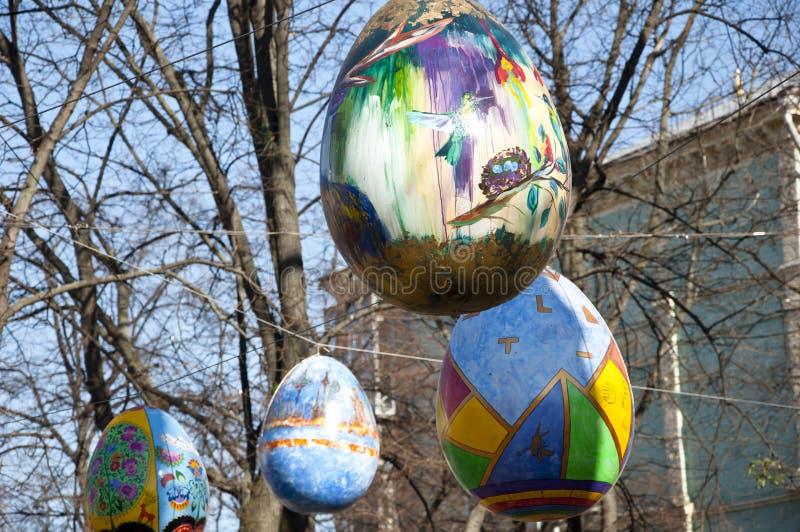 Kyiv UCRANIA - 5 DE ABRIL DE 2017: Festival de Pascua en Kiev en el cuadrado de Sofiyvska Los artistas exhiben los huevos de Pasc imágenes de archivo libres de regalías