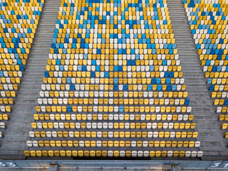 KYIV, UCRANIA - 19 de julio de 2018 Tribunas vacías de NSC Olimpiysky en colores azules y amarillos antes del juego de fútbol imagenes de archivo